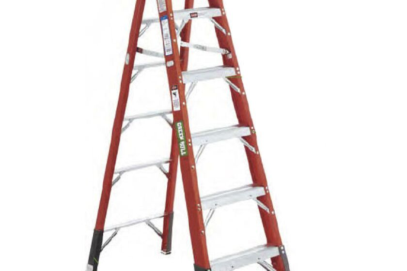 Green Bull Series 2032 Fiberglass Stepladder